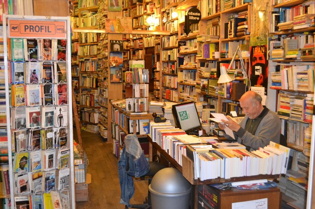 Ahmad Salamatian dans sa librairie