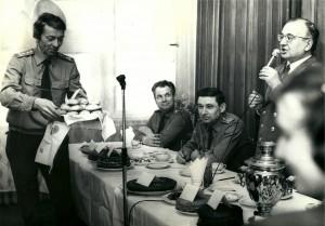 Vladimir Sukhanov, à gauche, sert des brioches lors d'une fête organisée par la section du Parti communiste de la police de Moscou.