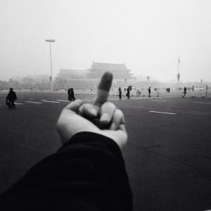 Le « doigt d'honneur » à Mao : « Etude de perspective : tiananmen, 1995-2003 » (AI Weiwei)